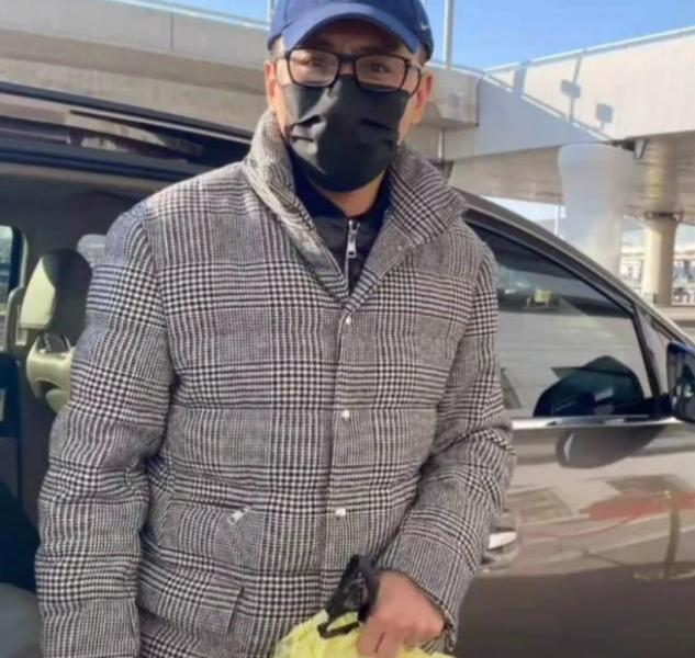 A recent photo of the 42-year-old actor Liu Ye was exposed and he was carrying a takeaway in his hand. He had been taking pictures for 3 years because of his wife's illness