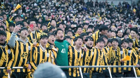 Chinese and Japanese youth football inside and outside the lens