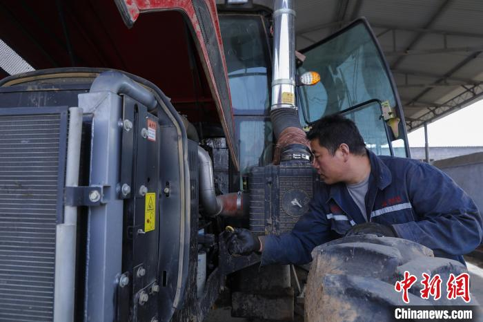 Shanxi Tunliu people are busy preparing for farming in early spring, overhauling agricultural machinery and preparing agricultural materials