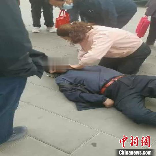 The old man fell to the ground and had no breathing or pulse. Qinghai female nurse kneeled on the ground for an hour to give first aid
