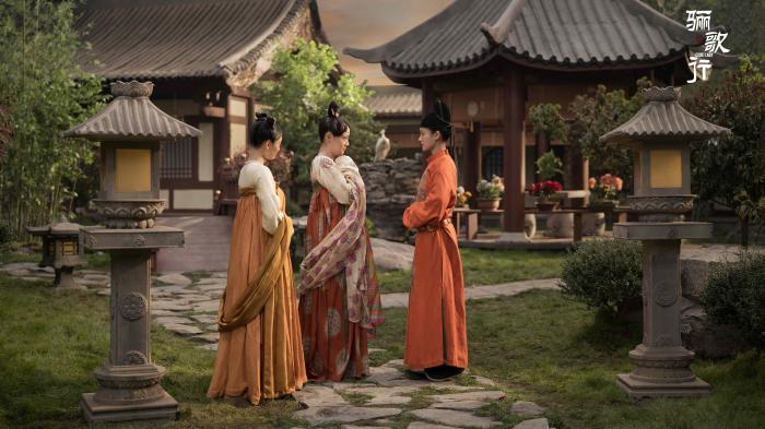 """""""Li Ge Xing"""" concludes with the use of intangible cultural heritage techniques such as silk, velvet flower, and snail inlay"""