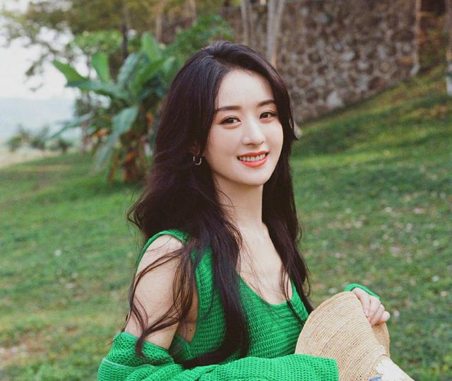 Zhao Liying is so beautiful! Wearing a green suit after the divorce is in good condition:5 demonstrations of wearing the green trend this year