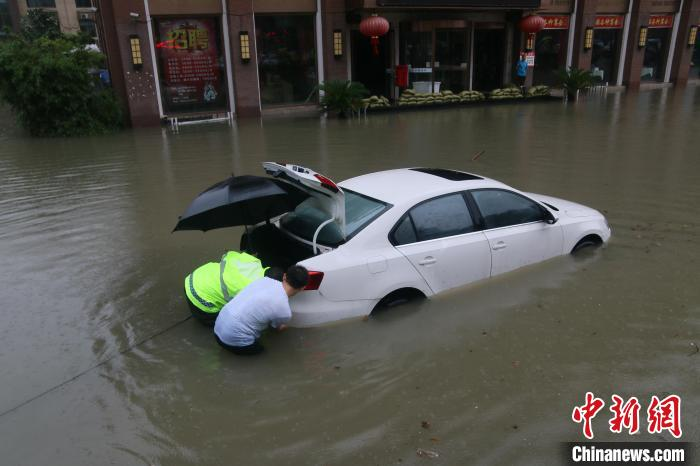 Hit the heavy rain in Hefei, Anhui, people trapped and vehicles flooded