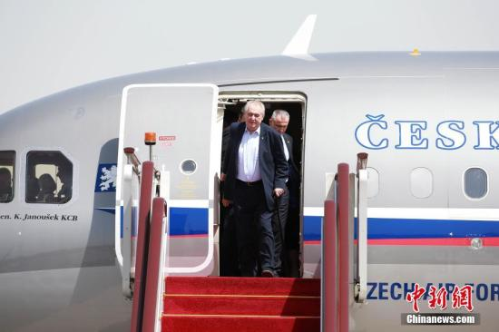 Foreign media: Czech President Zeman was hospitalized, arrived in the hospital in a wheelchair