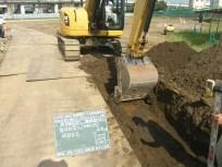 水道管を設置する場所を機械で掘っていきます
