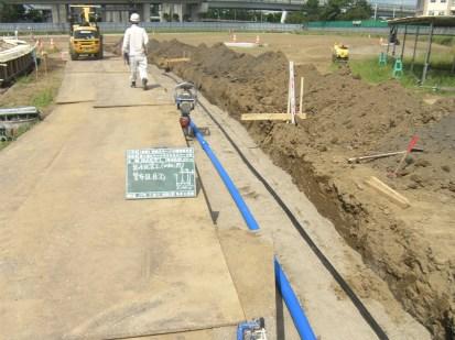 砂を敷きならしたうえに水道管を設置していきます