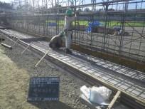 テニスコート部分の擁壁では鉄筋を組み立てていきます