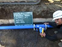 メインスタンド裏で給水管を配管している様子