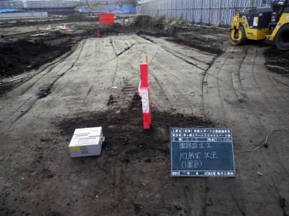 締め固めた土の強度をRI測定機器にて測定します。