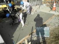 ②敷均し、転圧した砕石の上に基礎となるコンクリートを打設します。