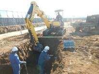 ①側溝設置箇所にて掘削をしている様子。