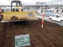 ②敷き均した土をブルトーザーのキャタピラで締め固めている様子。
