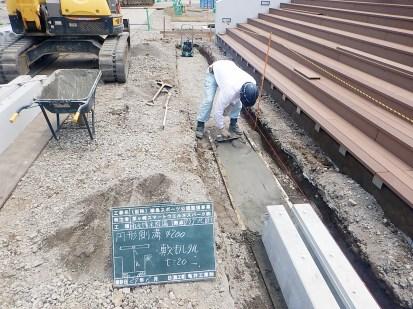 ②側溝の基礎となるコンクリートを打設