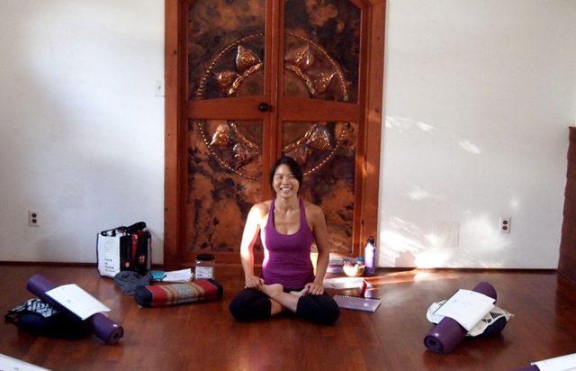 サンガワイのスタジオでヨーコ・フジワラが座っている