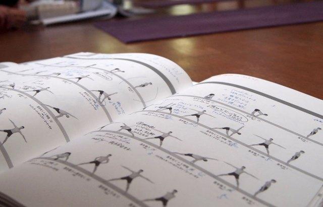 アシュタンガヨガのシークエンスが書かれている本