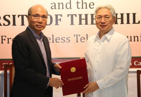 Smart chief wireless advisor Orlando B. Vea and UP president Alfredo E. Pascual