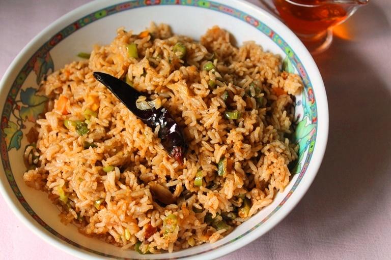 Singapore Veg Fried Rice Recipe / Vegetarian Singapore Fried Rice / Singapore Fried Rice Recipe - Yummy Tummy