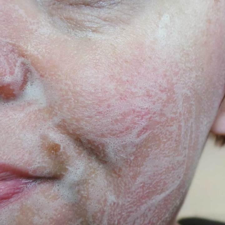 Het schuim is heerlijk in gebruik en vormt zich om naar een milde crème die mijn huid goed ontdoet van haar make-up.