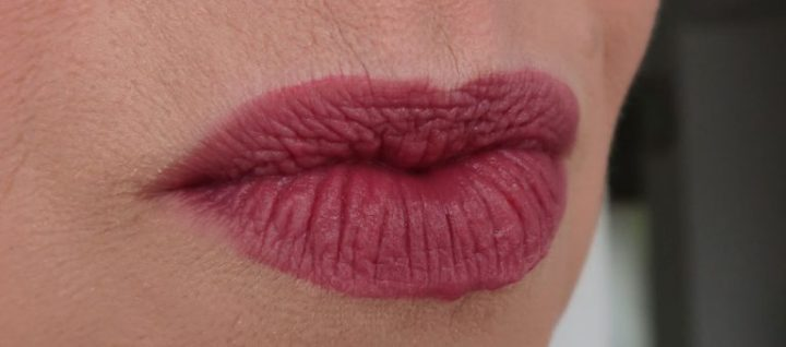 maybelline-vivid-matte-liquid-45-possessed-plum-yustsome-review-face-look2