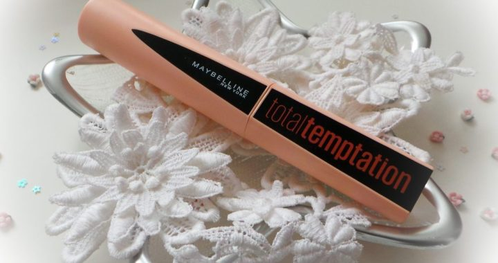 De Maybelline Total Temptation Mascara maakt je wimpers zachter en dikker in één enkel laagje. Duik in een unieke zintuiglijke ervaring door de textuur en de heerlijke kokosgeur van de mascara.