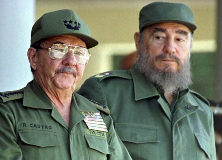 A droite, Fidel maintenant disparu, à gauche Raul, encore derrière la scène ?