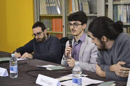 """La presentazione di """"Vangelo Elementare"""". Al centro l'autore, Luca Furnari"""