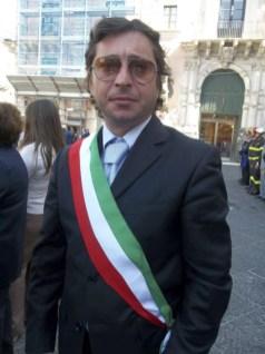 L'Avv. Salvatore Mineo con la fascia tricolore in una manifestazione a Catania (immagine tratta dalla pagina Facebook Primavera Licodiese)