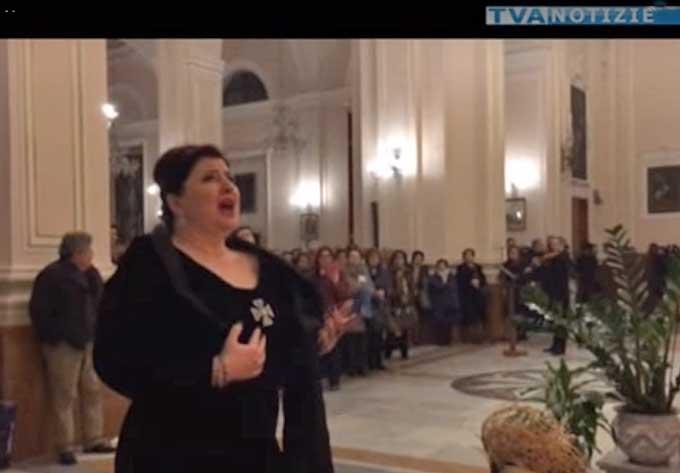 Biancavilla, il canto del soprano Dimitra Theodossiu alla Madonna dell'Elemosina emoziona la città