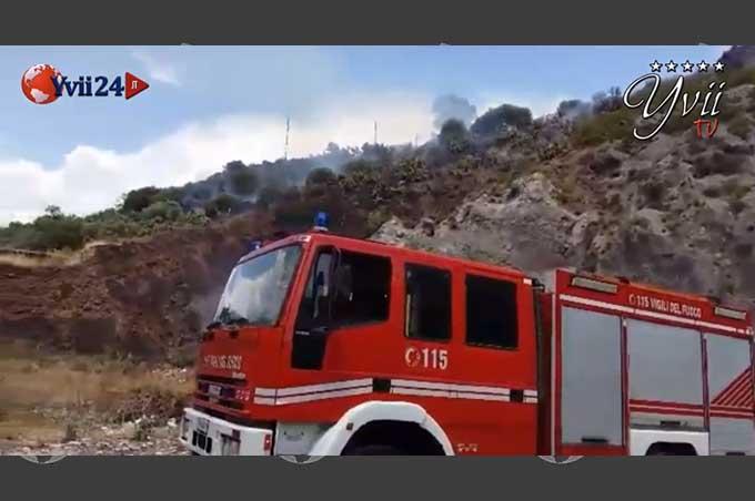 Biancavilla, incendio a Monte Calvario. Con video dell'intervento dei Vigili del Fuoco