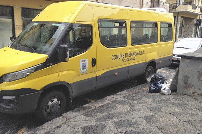 Biancavilla, scuolabus del Comune sui parcheggi per disabili