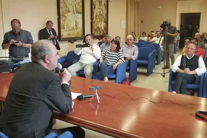 """Adrano video """"salsiccia"""", le dimissioni (non dovute) di Enzo Maccarrone"""