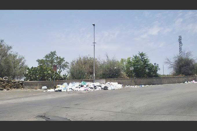 Biancavilla, nuovo accumulo rifiuti fra la Strada Perrieri e via del Trebbiatore