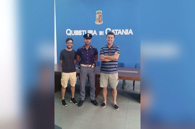 Catania, trova portafoglio e lo restituisce al turista che l'aveva perso