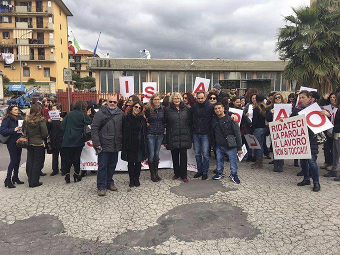 Paternò, lavoratori ex Qè protestano all'Inps: «Rispetto della legalità»