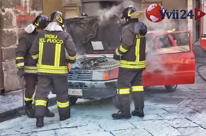 Biancavilla, auto in fiamme in pieno centro