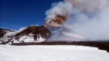 Il Cratere di Sud-Est dell'Etna in eruzione e la colata lavica da esso scaturita nel corso dell'intensa attività esplosiva iniziata nel tardo pomeriggio di ieri – Foto Ciancitto