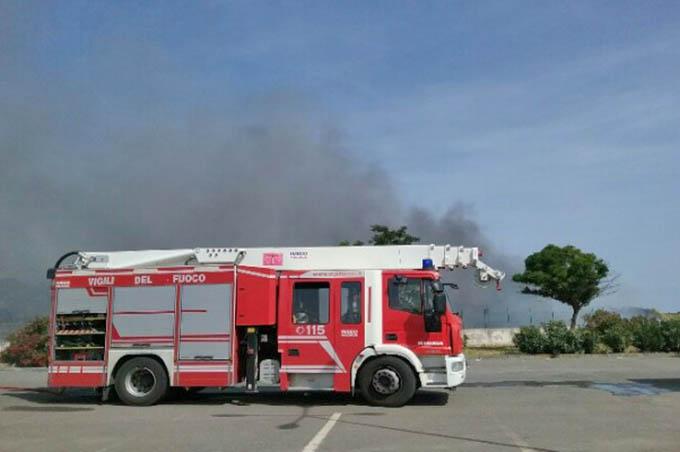 Santa Maria di Licodia, incendio sterpaglie allo svincolo della 284