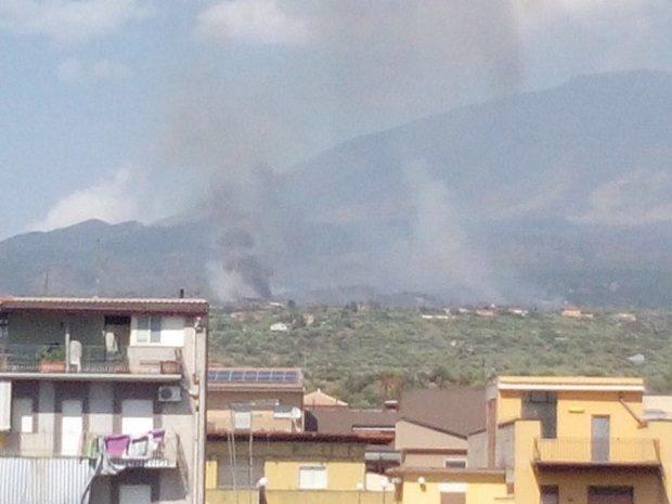Adrano, incendio in zona vigne
