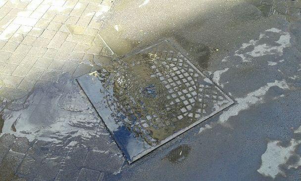 Adrano, perdita di acque nere dalla fognatura in zona San Paolo