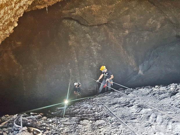 """Belpasso. Ripulita la """"Grotta della Dinamite"""""""
