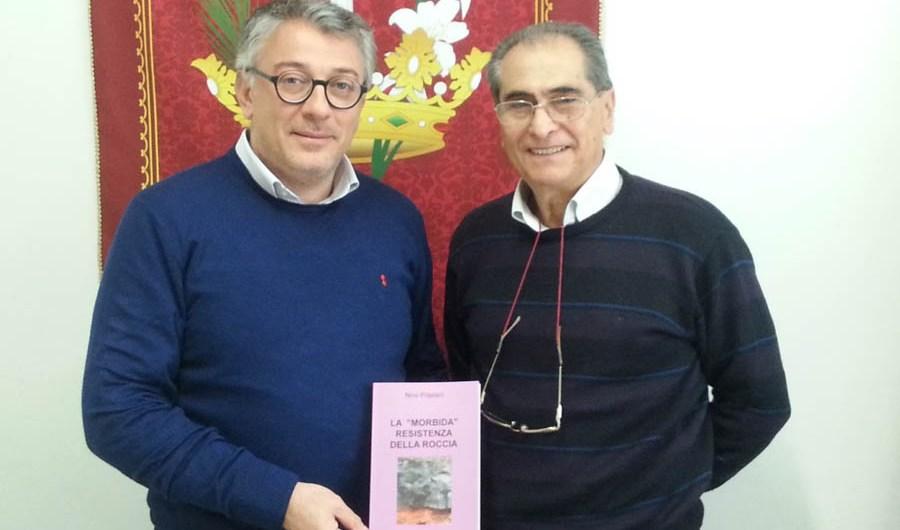 """Belpasso. """"La morbida resistenza della roccia"""", Nino Prastani dona il suo romanzo alla biblioteca"""