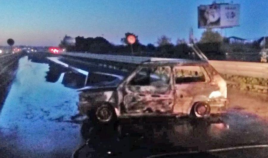 Statale 121: auto bruciata in carreggiata, code e disagi