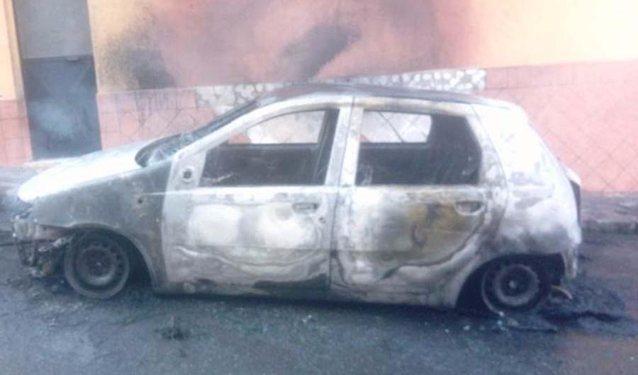 Motta Sant'Anastasia. Auto in fiamme, danneggiato anche un immobile