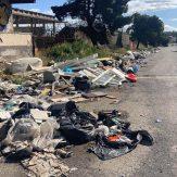 La Prima Strada della Zona industriasle di Piano Tavola colma di rifiuti