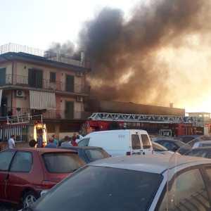Paternò. In fiamme un capannone in via Giovanni Verga