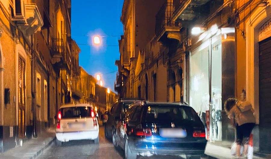 Santa Maria di Licodia. Sosta selvaggia in via Vittorio Emanuele, inciviltà senza fine
