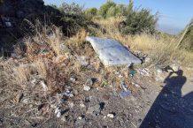 Un materasso abbandonato ai bordi della sp 4