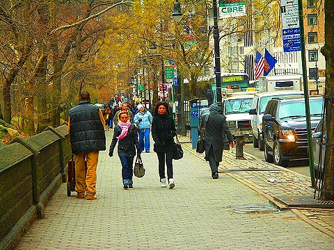 NY-People walking down Central Park South
