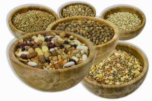Prodotti in ciotola con cereali e legumi
