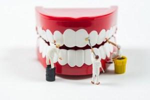 zähneputzen miniatur menschen reinigen die Zähne